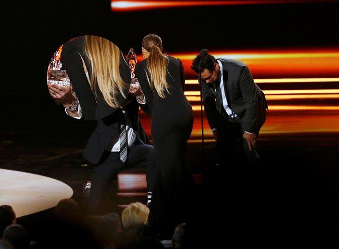 У Дженнифер Лопес лопнуло по шву платье на премии Peopl`s Choice