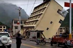 В Китае пятиэтажный дом рухнул в реку