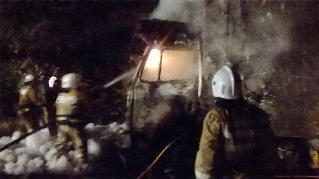 Фура сбытовыми товарами сгорела натрассе вКрыму