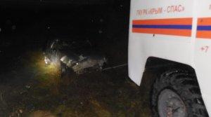 В Крыму автомобиль слетел с моста, перевернулся и завис над железной дорогой