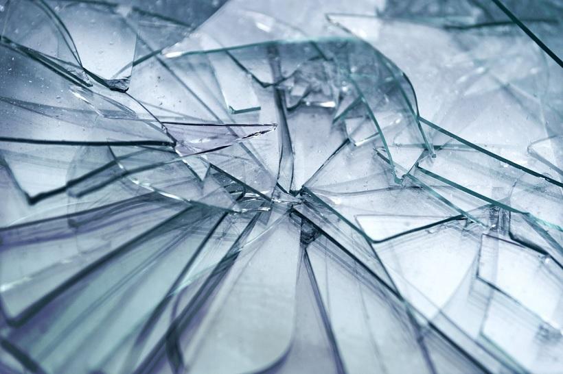 Пьяная женщина разбила стекло оператора симферопольской АЗС